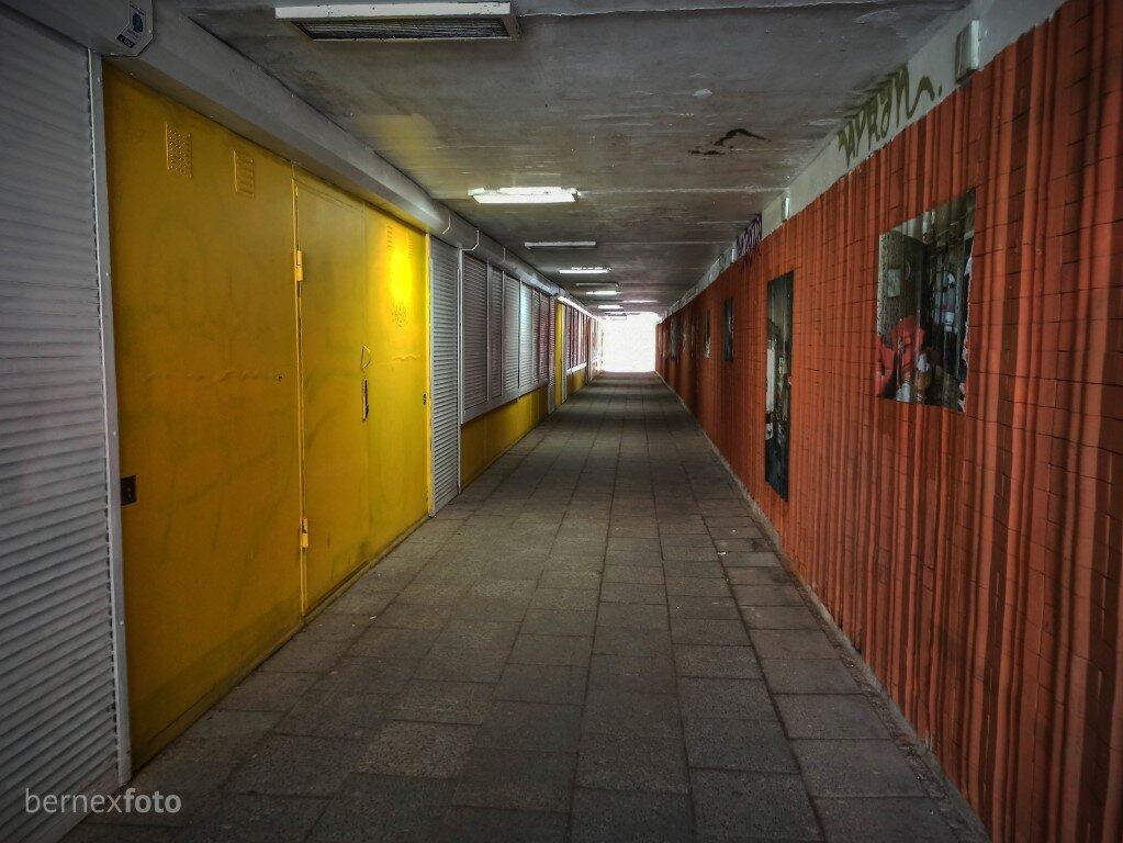 """Požeminė perėja, ant kurios sienų išlikę vaizdai iš renginio """"Nostalgijos muziejus"""""""