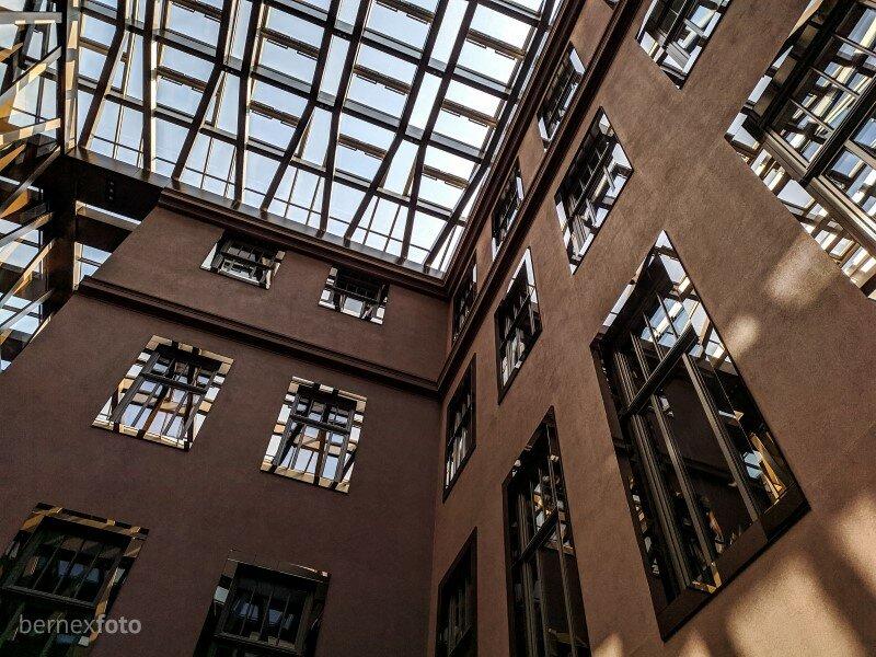 Aplink senosios dalies langus vidiniame kieme atsiradę veidrodiniai rėmai - tam, kad senoji dalis atsispindėtų naujojoje, o naujoji - senojoje