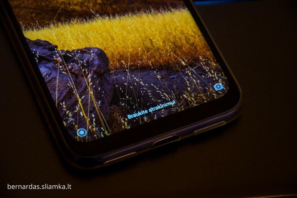 Apatinė ekrano dalis, kurioje ekranas atitrauktas toliau nuo telefono krašto