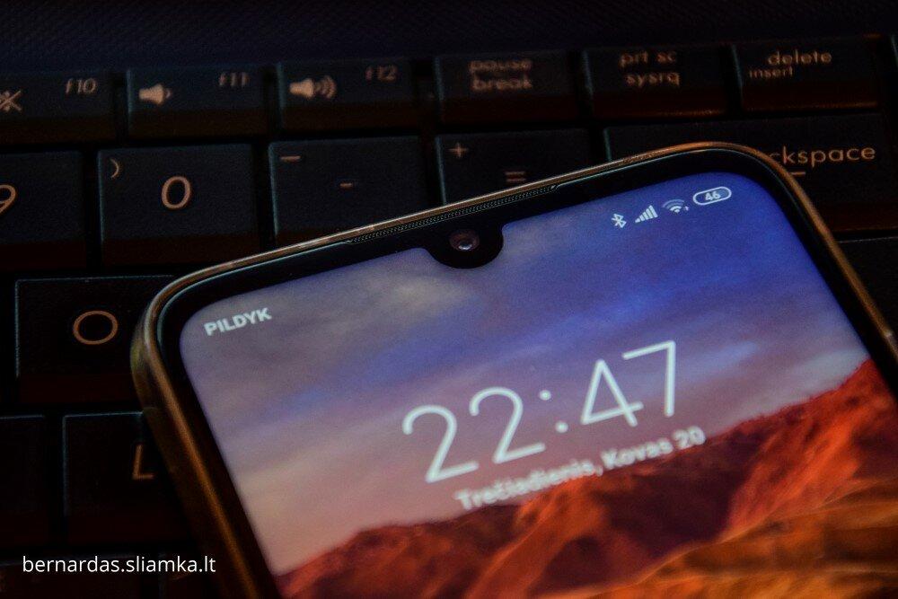 Telefono priekinės dalies viršus su priekine kamera ir pokalbių garsiakalbiu