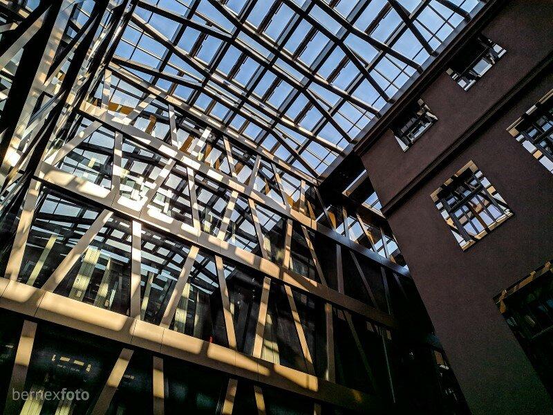 Naujosios dalies fasadas su perėjimu į stiklinį stogą, įleidžiantį daugybę saulės šviesos