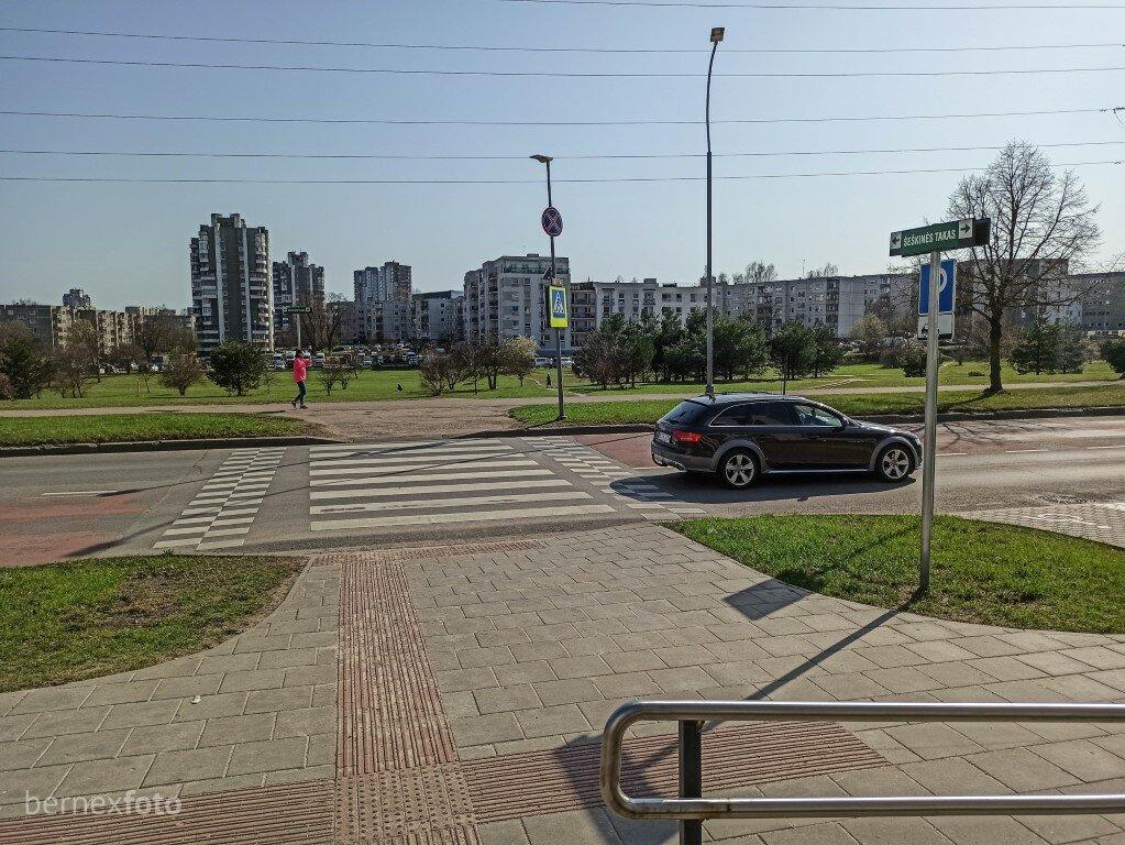 Kertame Fabijoniškių gatvę
