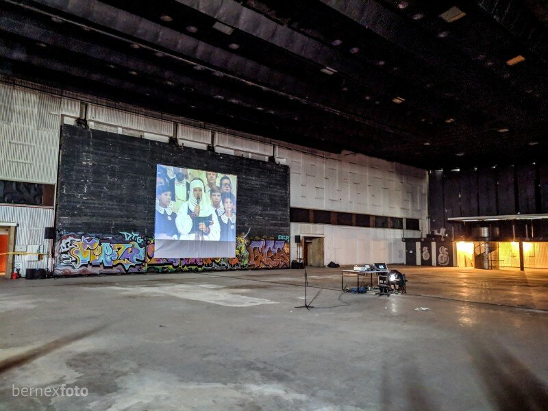 Ant pagrindinės scenos konstrukcijos ekskursijos metu rodytos ištraukos iš svarbių čia vykusių renginių