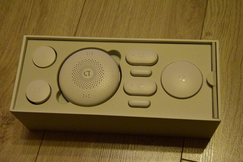 Iš kairės - judesio sensoriai, valdymo centras, durų atidarymo jutikliai bei mygtukas