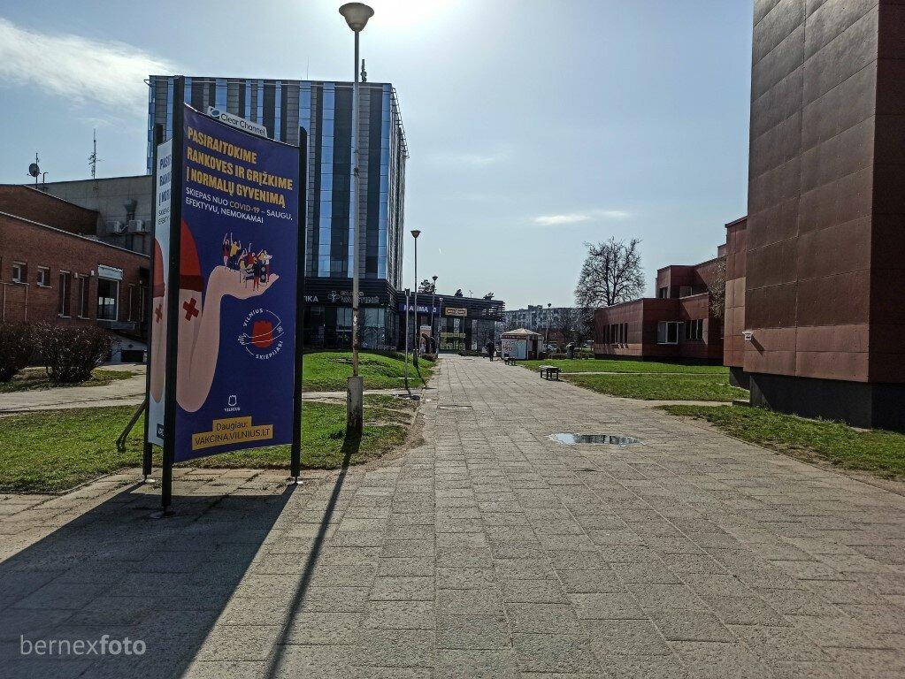 Skiepytis kviečianti reklama Šeškinės poliklinikos teritorijoje