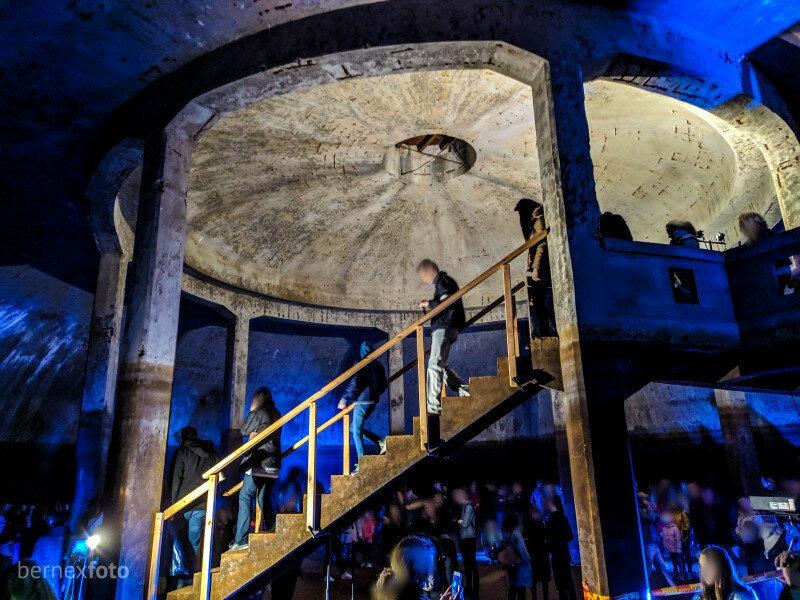 Saugykla yra 5 metrų gylyje, į ją patenkama užėjus pro įėjimą ir nusileidus laiptais, esančiais beveik saugyklos centre