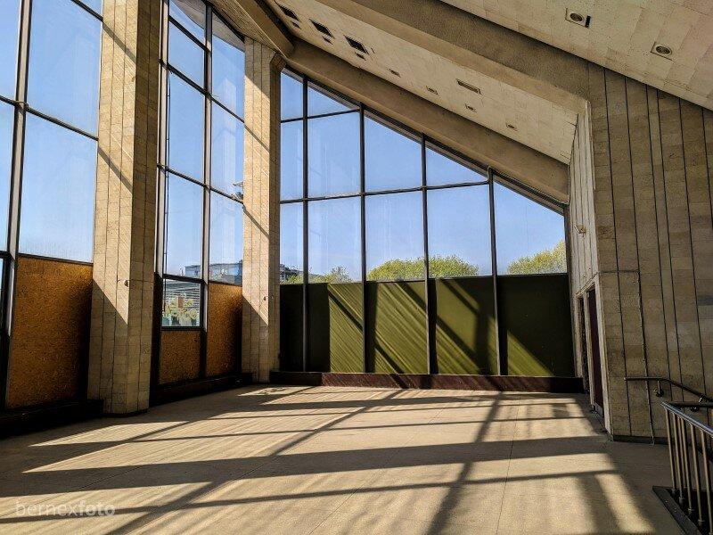 Didžiuliai langai visiškai kitomis spalvomis nudažo pastato interjerą