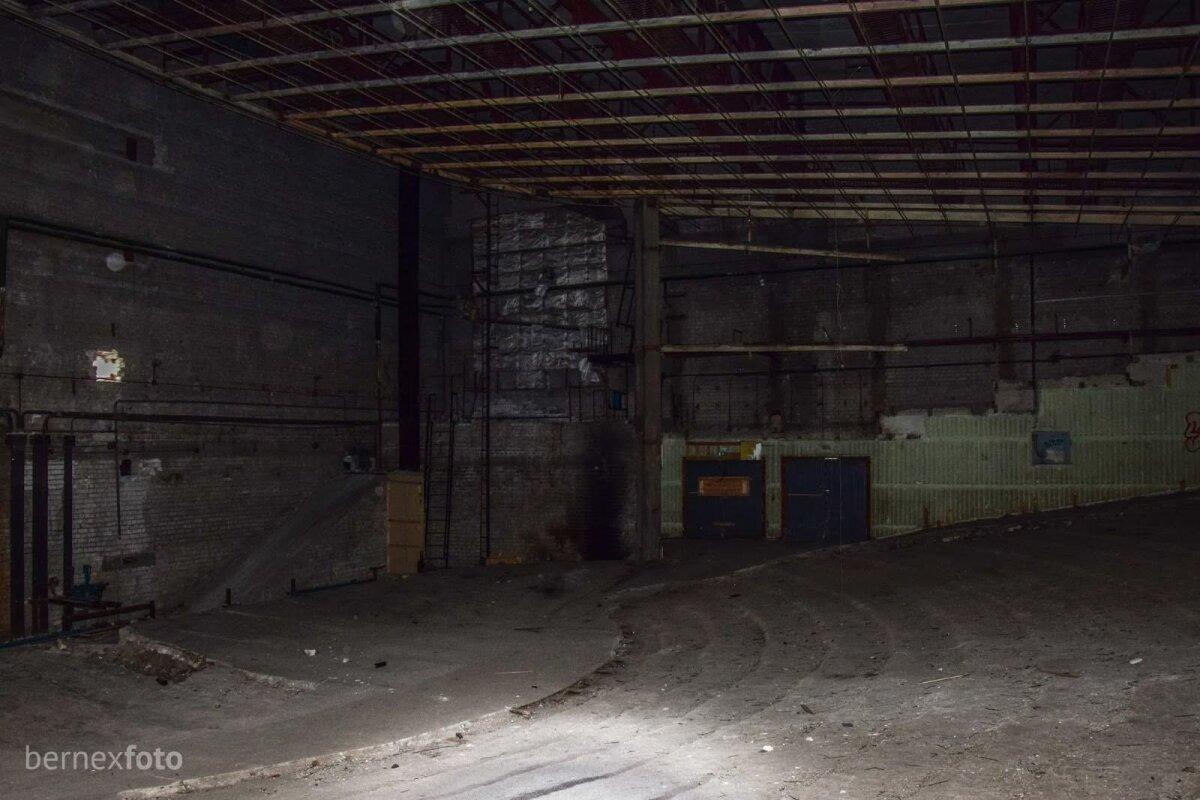 Priekinė salės dalis, kurioje buvo sumontuotas kino ekranas