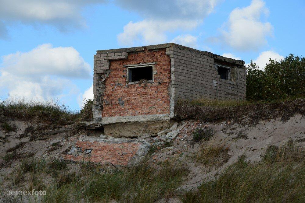 Priekinė siena, turbūt dėl jūros bangų poveikio, išvirtusi[
