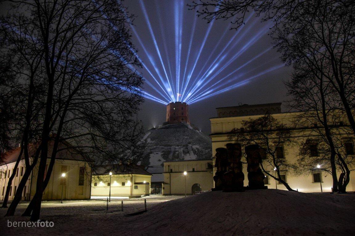 Miestą nušvietęs Gedimino pilies bokštas - Vilniaus gimtadienis 2021