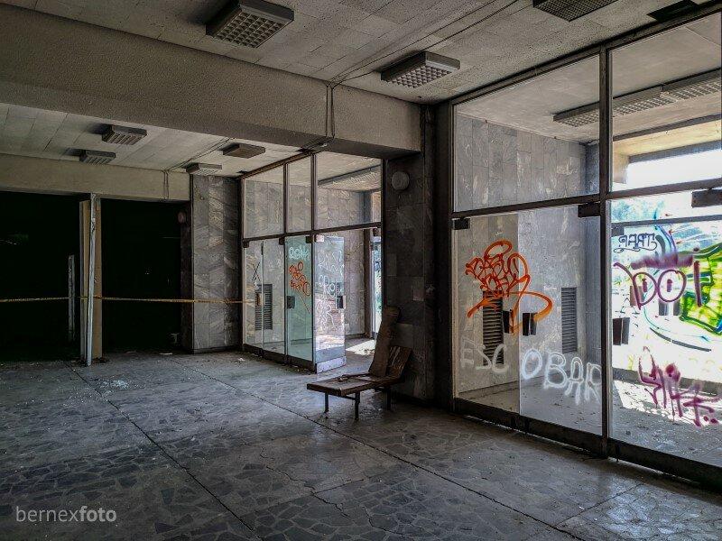 Įėjimo durų stiklai subjauroti iš visų pusių