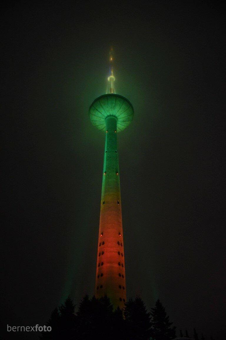 Spalvotai nušvitęs Televizijos bokštas, taip pat surengęs šviesų šou - Vilniaus gimtadienis 2021