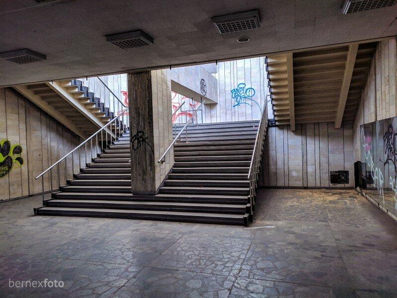 Laiptai, vedantys į antrą aukštą - link įėjimo į salę