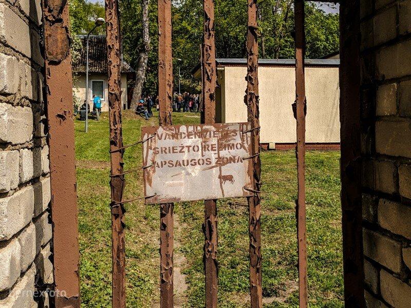 Apie čia esančią vandenvietę įspėja senas ženklas ant tvoros