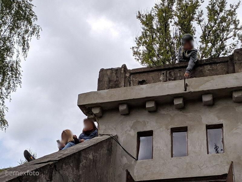 Vaikas ranka siekia virš įėjimo esančią datą, nurodančią statybų metus
