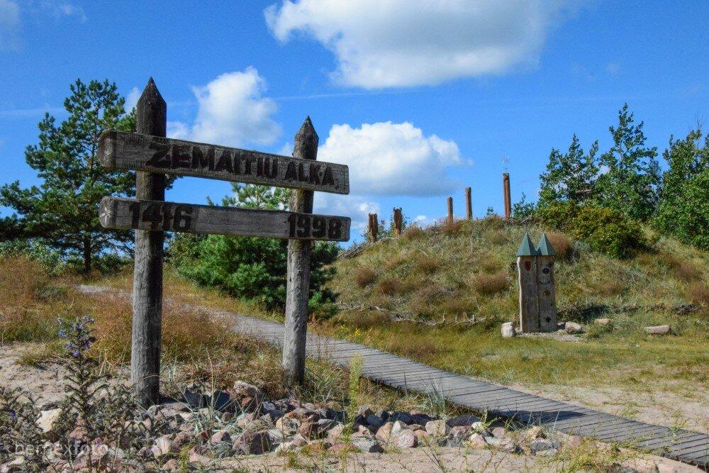Žemaičių alkos kopą galima atpažinti iš aikštelės apačioje su pavadinimo lenta